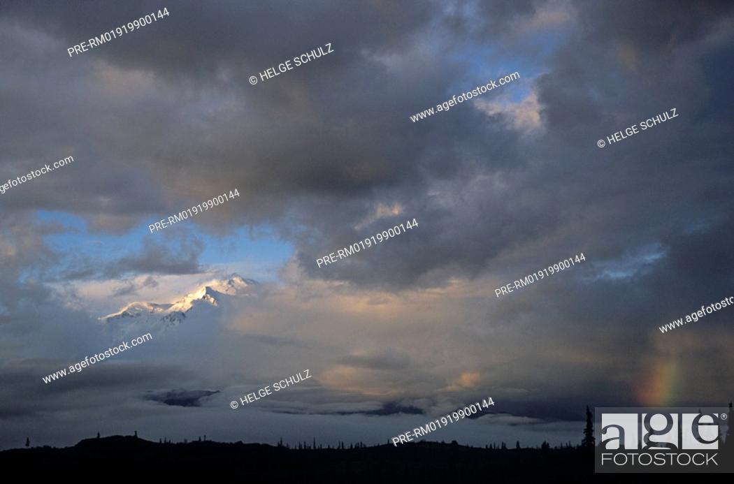 Photo de stock: Mt.Mc Kinley - summit between clouds.