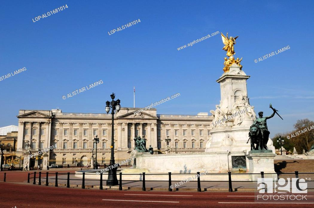 Imagen: England, London, Buckingham Palace. The Queen Victoria Monument in Queen's Gardens outside Buckingham Palace.