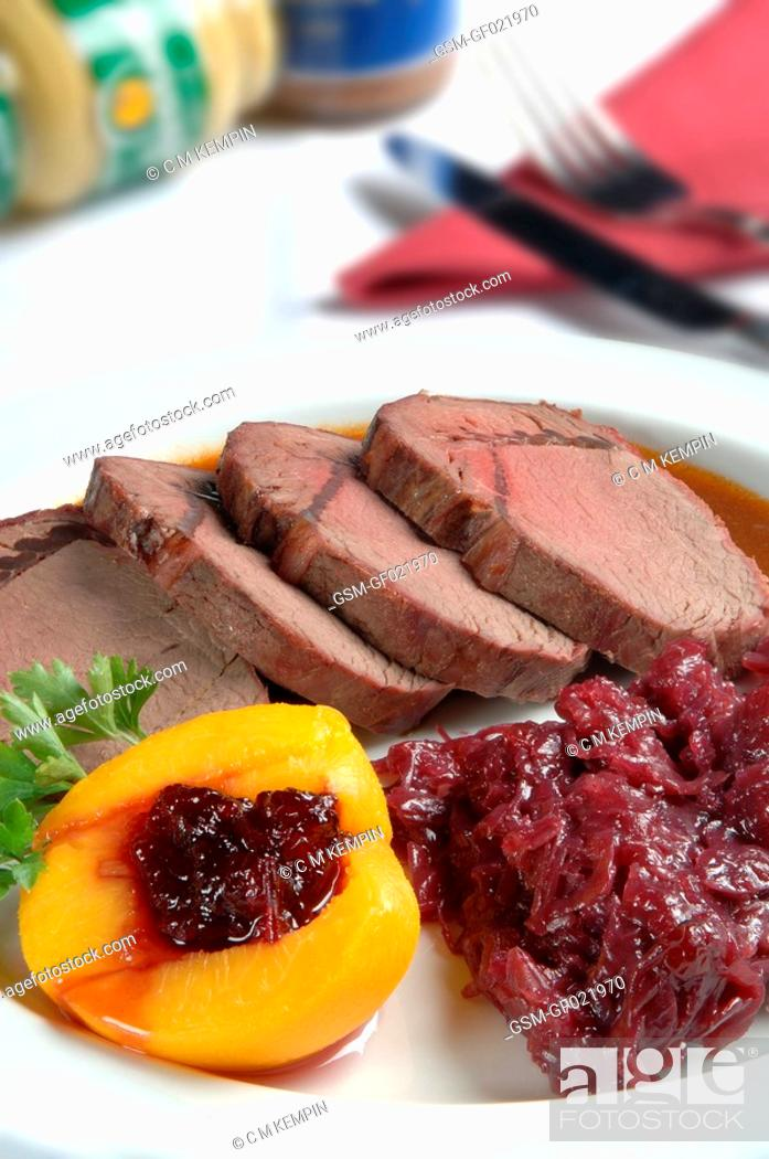 Imagen: Venison loin roasted with red cabbage and peach stuffed with blueberries.