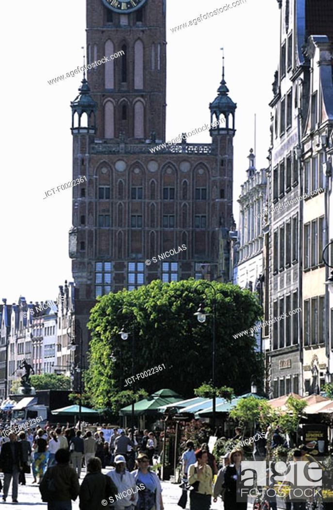 Stock Photo: Poland, Gdansk, Dlugi Targ Street and City hall.