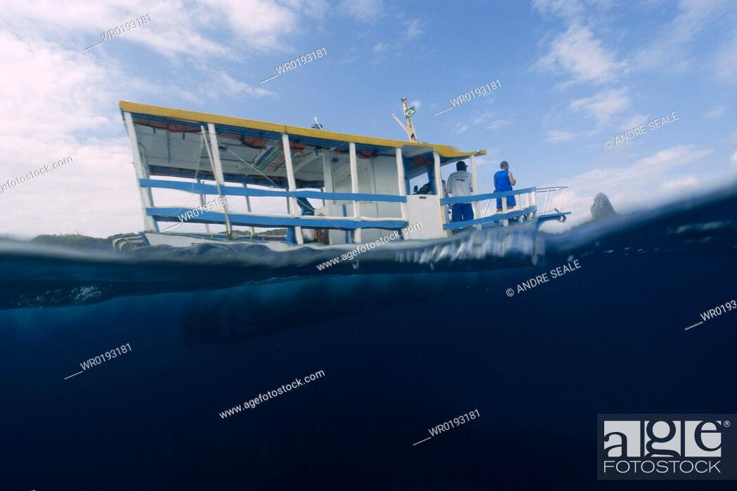 Imagen: Split image of tour boat and ocean, Fernando de Noronha, Pernambuco, Brazil.