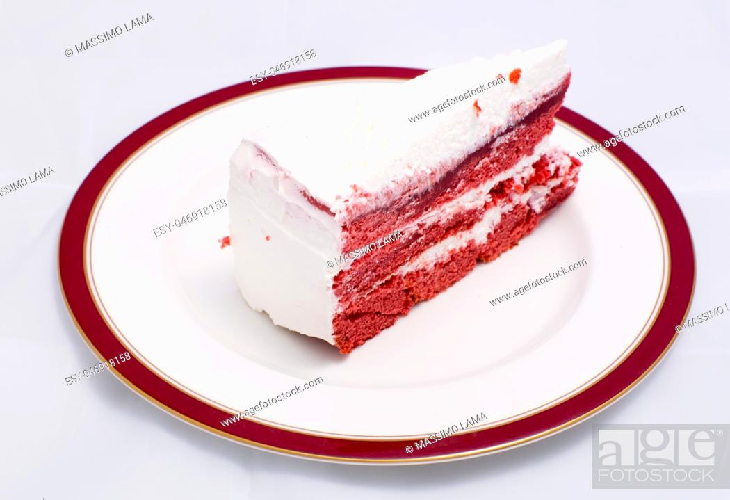 Imagen: Red velvet cake is very dramatic looking with its bright red color sharply contrasted by a white cream.