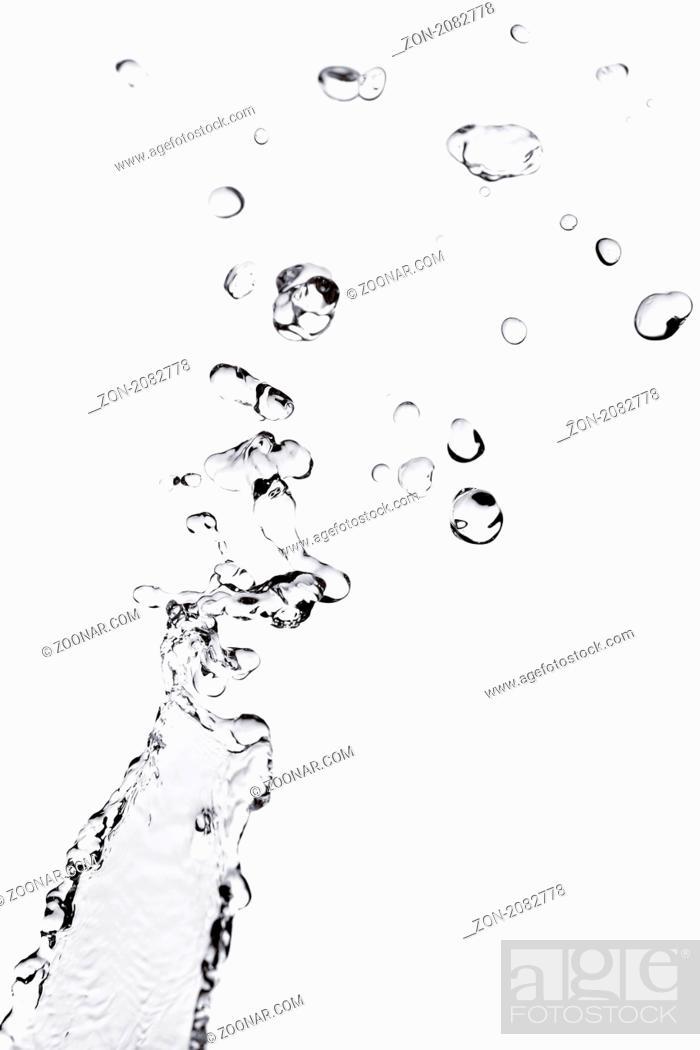 Imagen: Primer Plano, Agua, Movimiento, Naturaleza, Lluvia, Tiempo - Meteorología, Azul, Concepto, Aislado, Líquido, Fondo, Limpio, Refrescante, Acción, Medio Ambiente, Mojado, Onda, Ola, Salpicando, Concéntrico, Imagen, Gotas De Agua, Transparente, Determinación, Forma, Brillante, Spray, Enfoque, Gota De Lluvia, Macro
