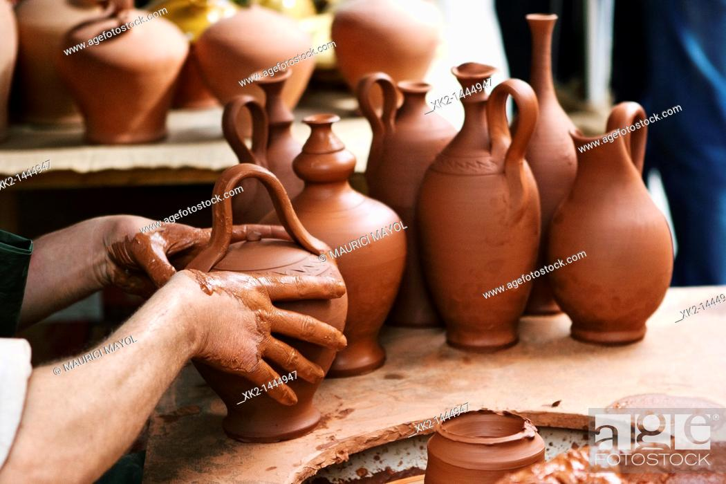 Stock Photo: Alfarero acabando las vasijas de fango.