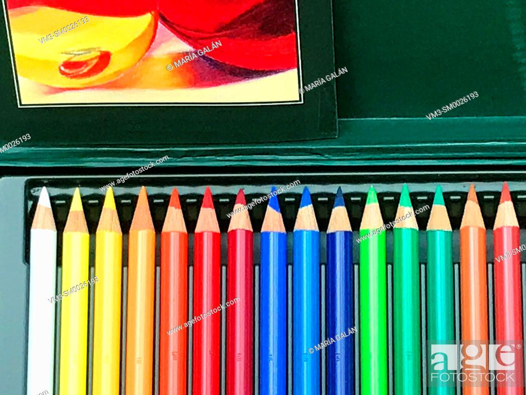 Imagen: Color pencils in a box.