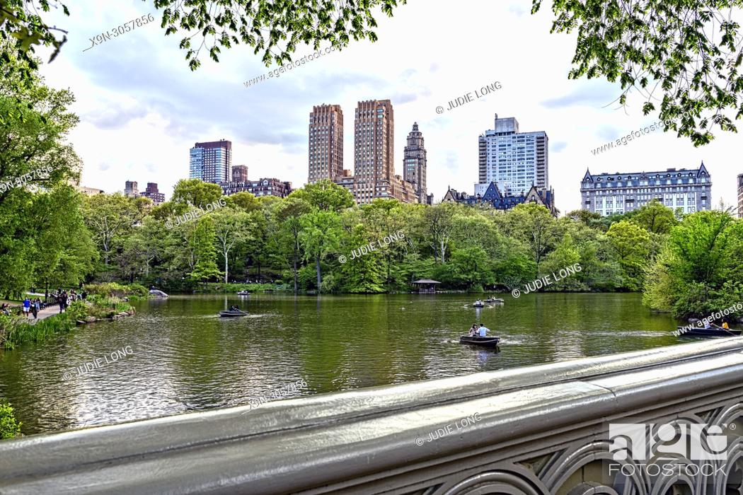 Imagen: Central Park, Manhattan, New York City. Looking Over the Lake to Central Park Weet Skyline from Bow Bridge. People i Rowboats on the Lake.