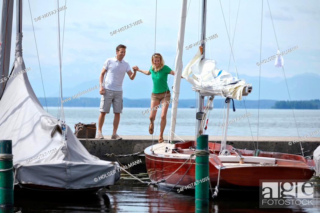 Imagen: Deutschland, Bayern, Starnberger See, Paar an einem Segelboot.