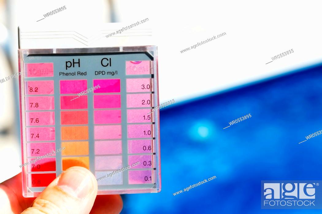 Imagen: The chlorine content and pH are measured.Clean water in the pool.