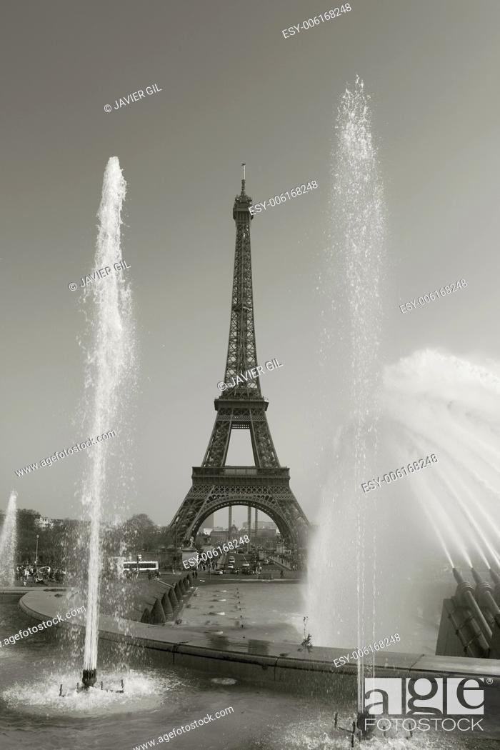 Stock Photo: Trocadero gardens and Eiffel tower, Paris, Ile-de-france, France.