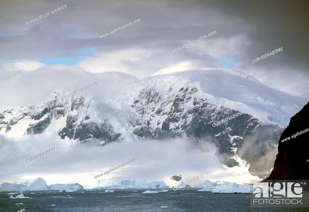 Imagen: Mountains and icebergs at the Antarctic Peninsula, Antarctica.