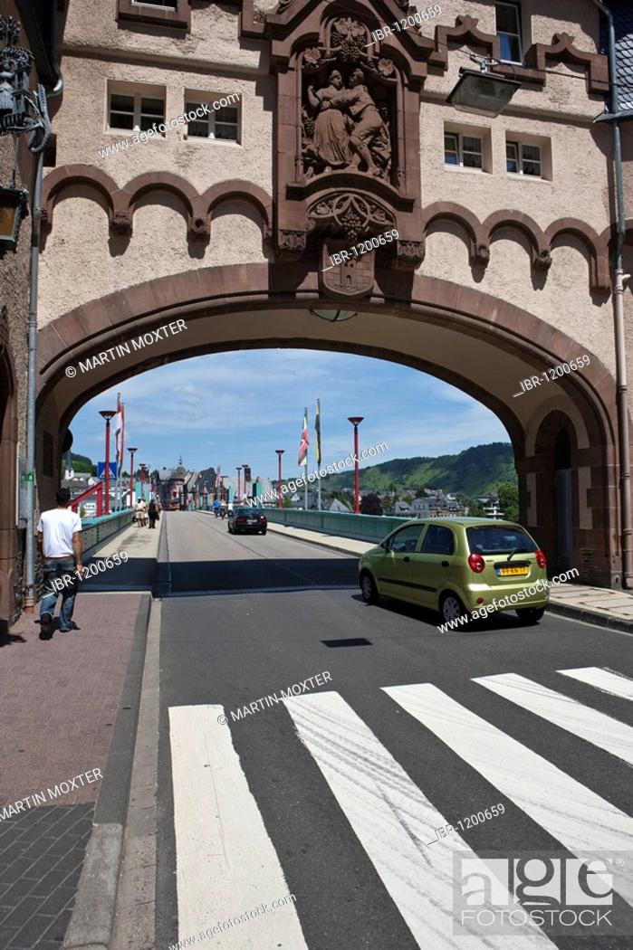 Imagen: View on the Brueckentor bridge gate on the Mosel bridge, built 1899 by Bruno Moehring, quarter Trarbach, Mosel, district Bernkastel-Wittlich.