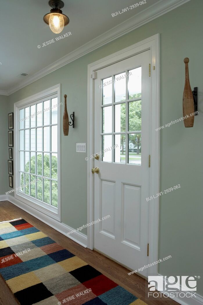 Imagen: Hallway with color blocked area rug and French closed doors.