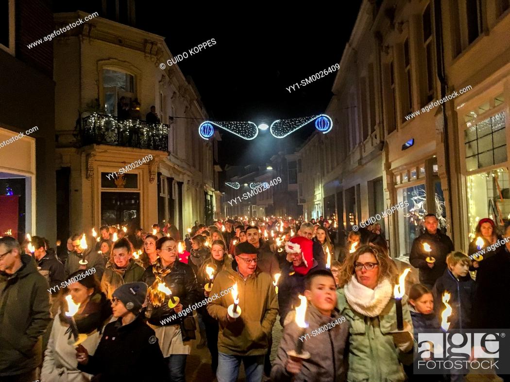 Imagen: Tilburg, Netherlands. Annual, 2018 Christmas Eve torch procession for Peace roaming down town with light. The procession is a new alternative for going to.