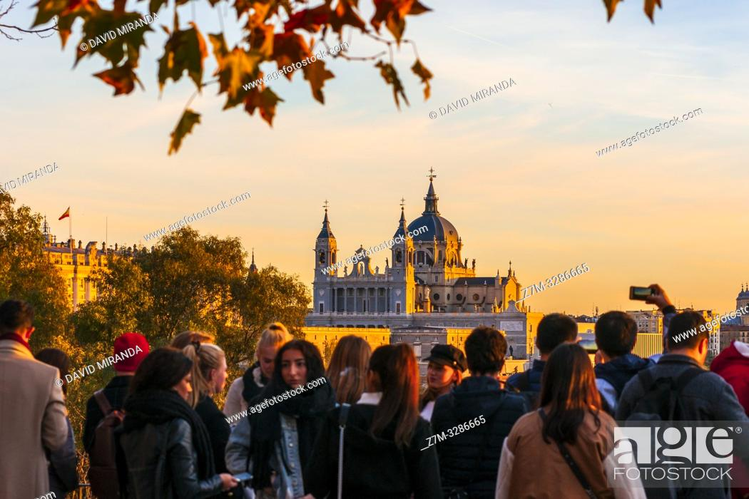 Imagen: Catedral de la Almudena desde el mirador del Templo de Debod. Madrid. España.