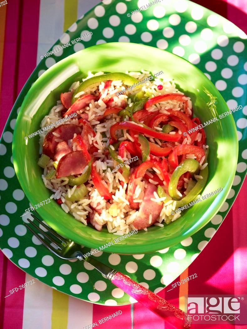 Imagen: Jambalaya Creole rice dish with sausage and peppers.