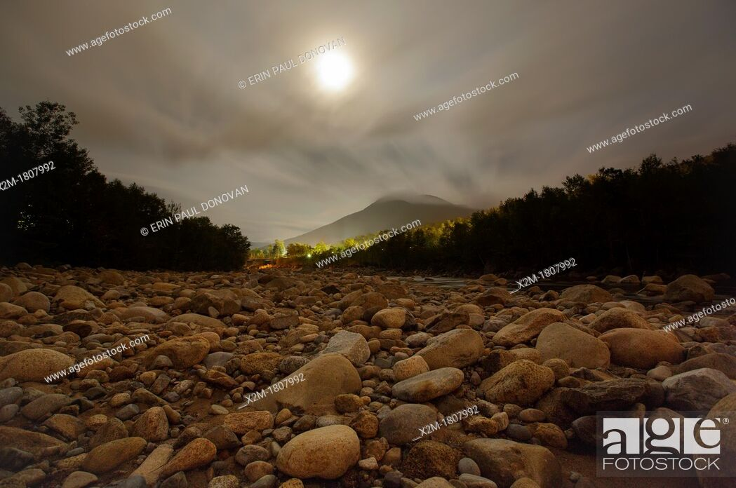 Photo de stock: East Branch of the Pemigewasset River along the Kancamagus Scenic Byway Route 112 in Lincoln, New Hampshire USA during the night.