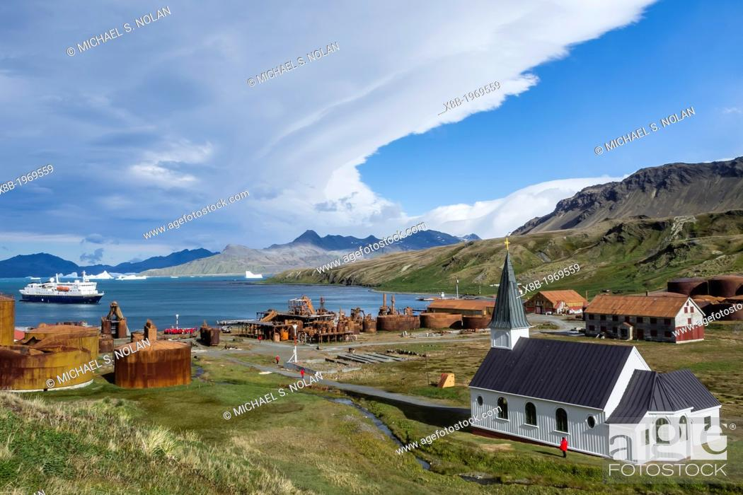Imagen: The National Geographic Explorer at the abandoned whaling station at Grytviken (Pot Cove), South Georgia, Southern Ocean.