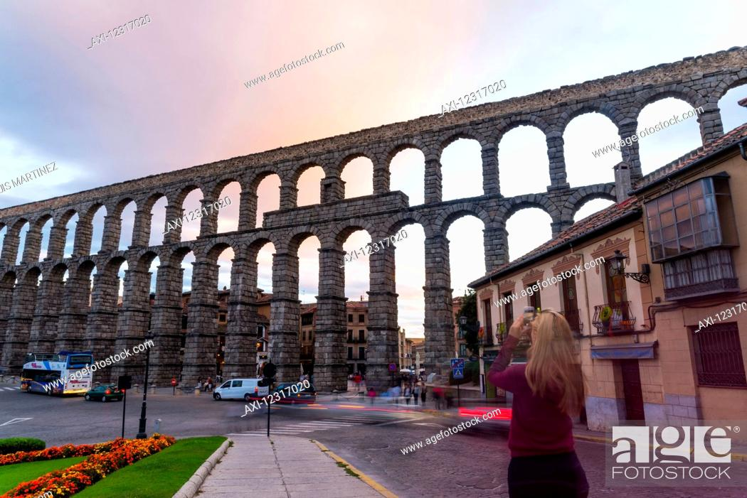 Imagen: Segovia's Aqueduct is one of the architectural symbols of Spain, built in the 2nd Century A.D; Segovia city, Castilla Leon, Spain.