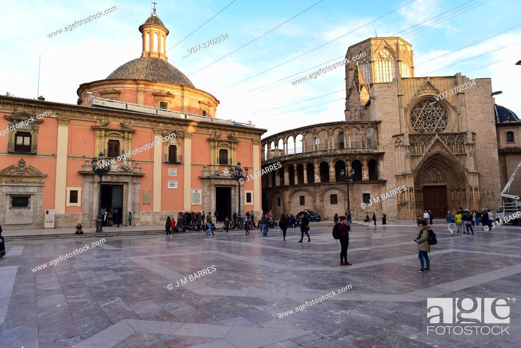Photo de stock: Valencia, Plaza de la Virgen. At left Basilica de la Virgen de los Desamparados, at right Cathedral. Comunidad Valenciana, Spain.