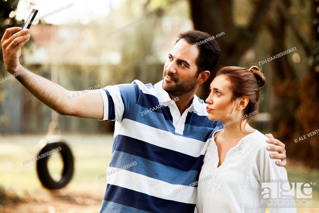 Imagen: Couple posing for selfie.
