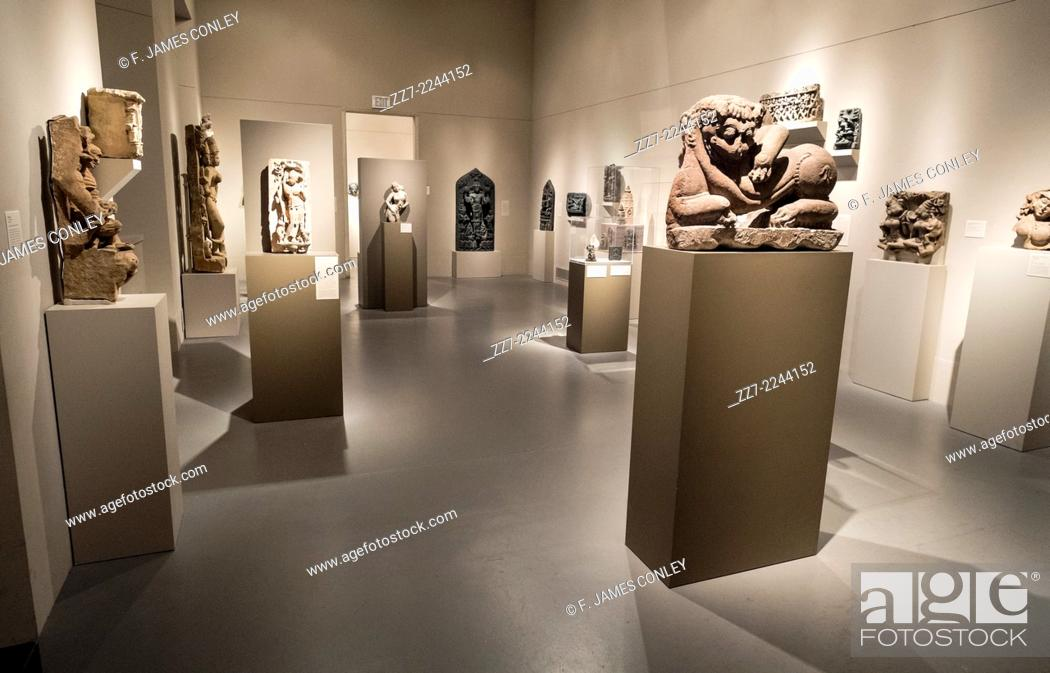 Imagen: A museum room full of imposing and ancient statues.