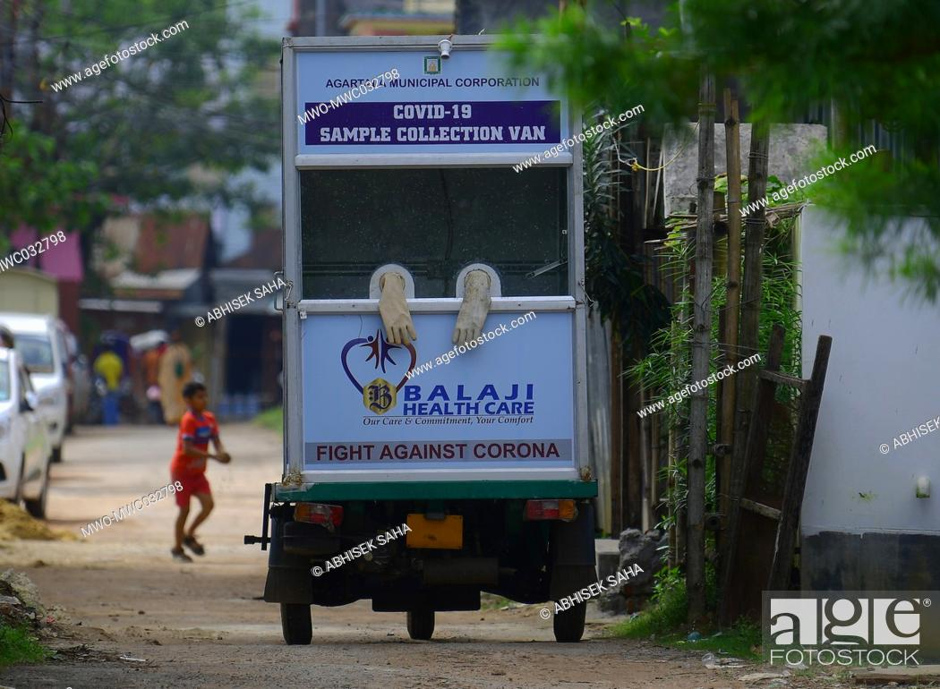 Imagen: A covid-19 sample collection kiosk is seen on the roads of a village in the outskirts of Agartala conducting swab test organised by the Health department.