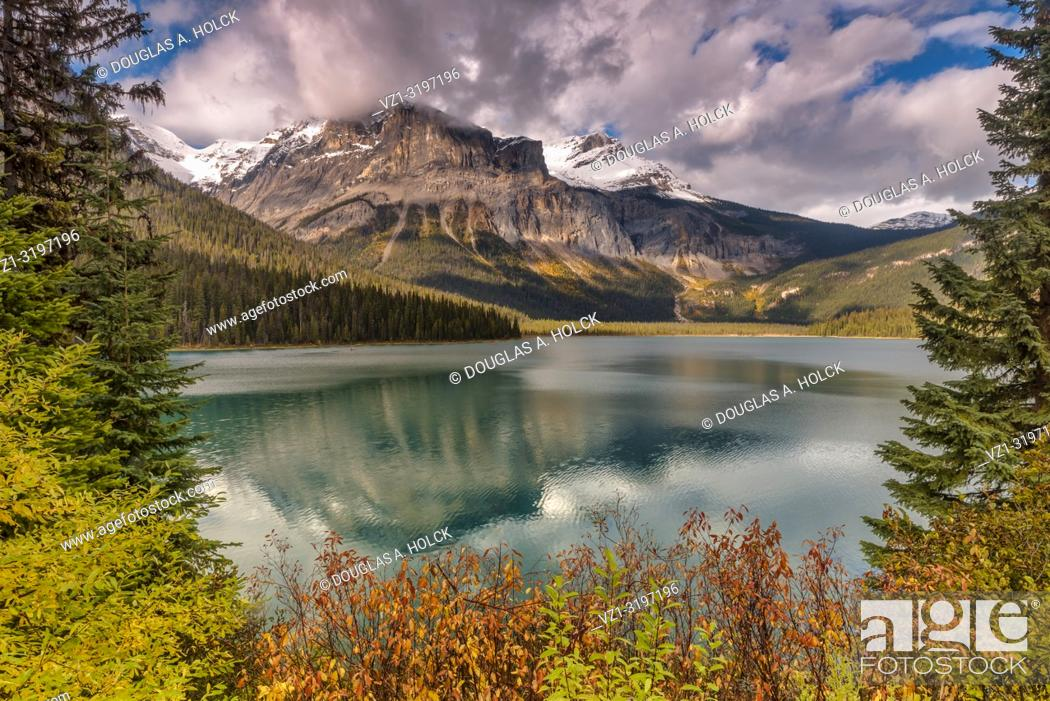 "Imagen: Emerald Lake in Fall Yoho National Park British Columbia Canada. """"It is the largest of Yoho's 61 lakes and ponds, as well as one of the park's premier tourist."