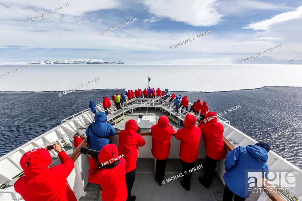 Imagen: Approaching first year hold fast ice aboard the National Geographic Explorer in Duse Bay, Weddell Sea, Antarctica.