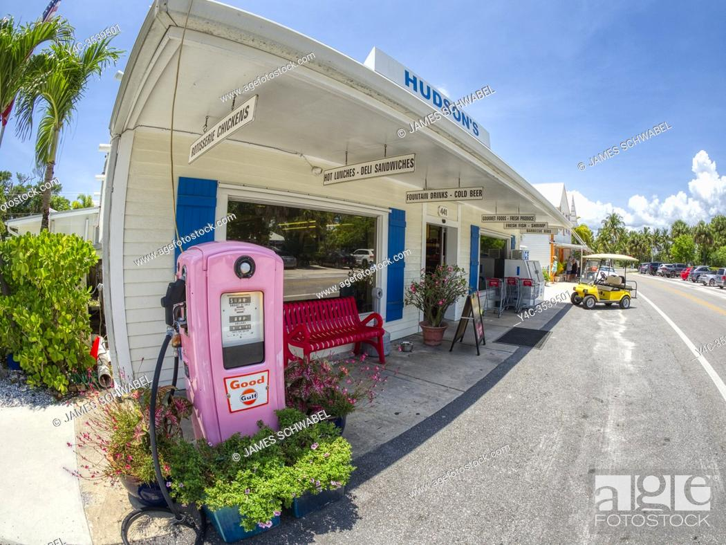Imagen: Old pink gas pump in Boca Grande on Gasparilla Island on the Gulf of Mexico in Southwest Florida in the United States.