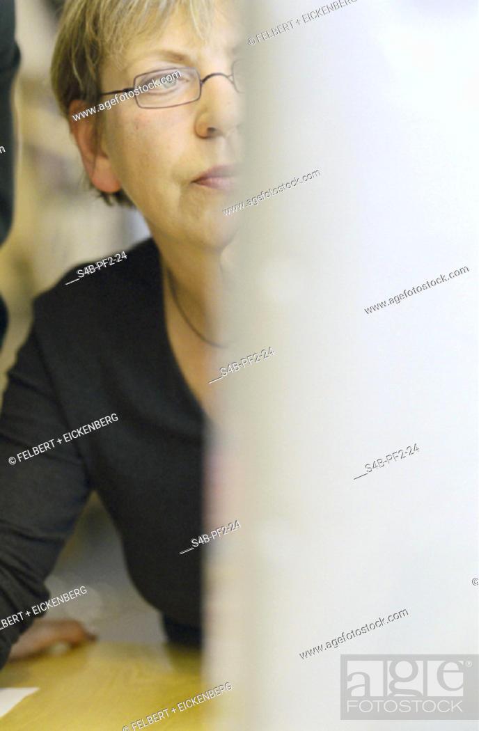 Frau Mit Brille Angeschnitten Am Computer Buero Woman Wearing