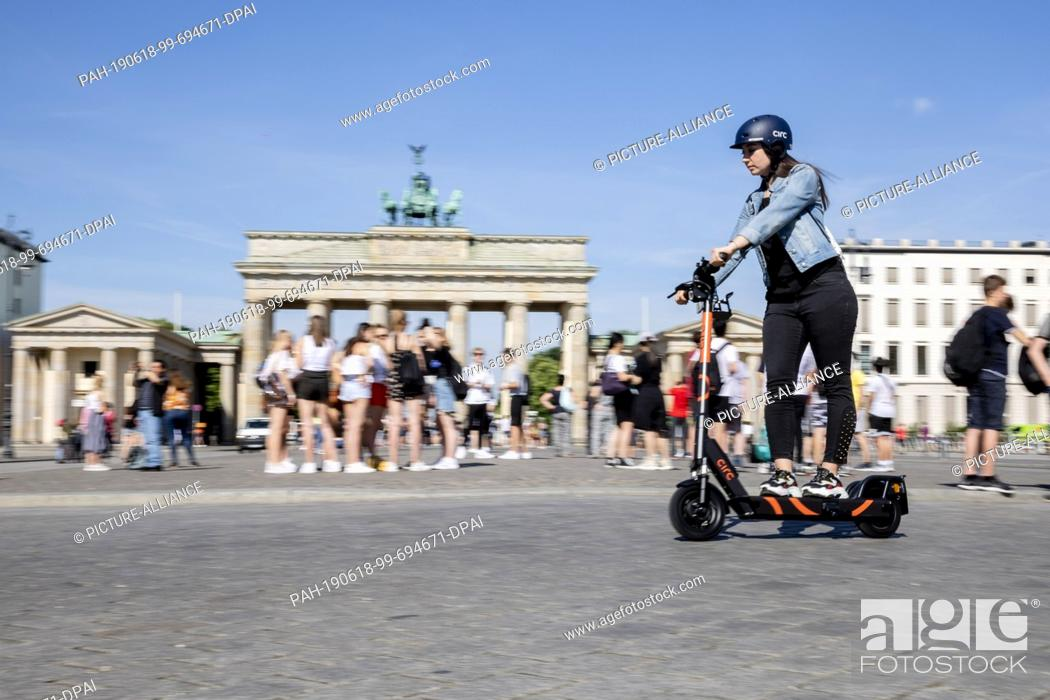 Imagen: 18 June 2019, Berlin: Zeynep Balyali, Marketing Manager at Circ, drives an E-Tretroller at a photo shoot in front of the Brandenburg Gate.