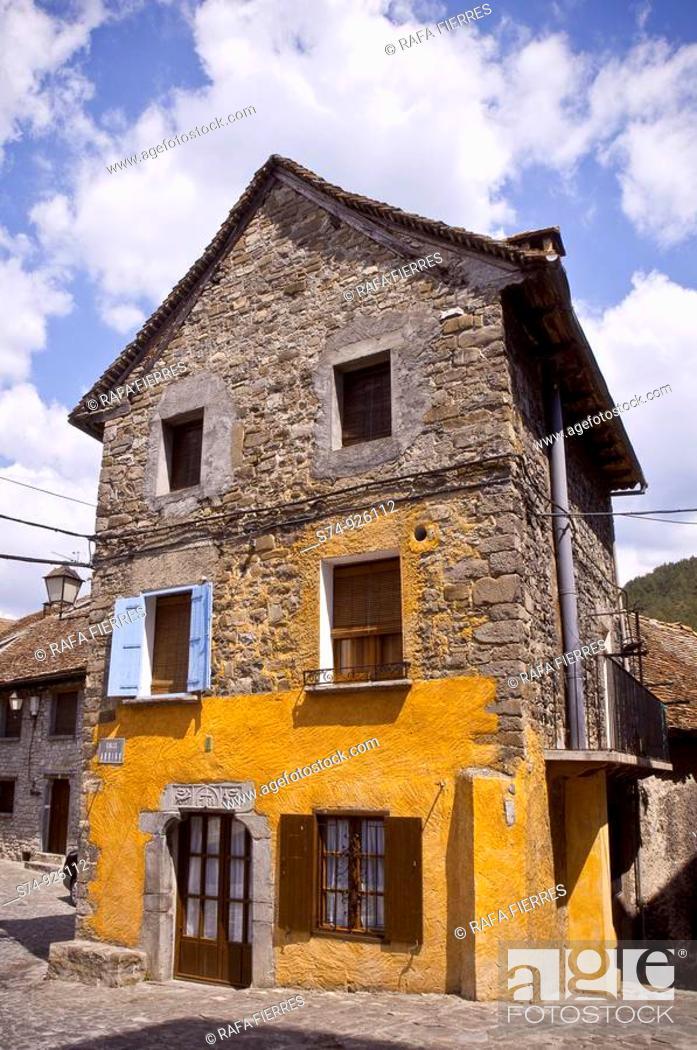 Stock Photo: Vista de Edificio en Ansó, Huesca, España.
