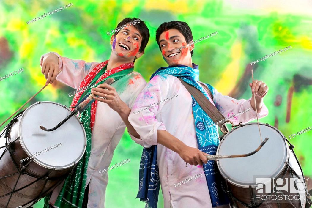Imagen: Two men playing on dholaks.