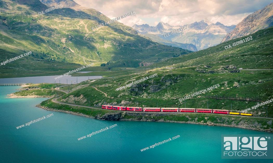 Imagen: Glacier Express train on the Bernina Pass, Canton Graubunden, Switzerland.
