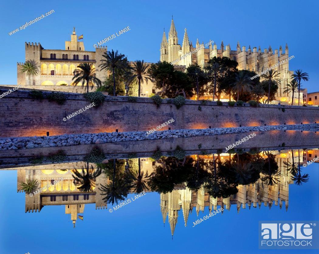 Stock Photo: Cathedral La Seu and king's palace Palau d'Almudaina in the sea park Parc de la Mar, Palma de Majorca, Majorca, the Balearic Islands, Spain.
