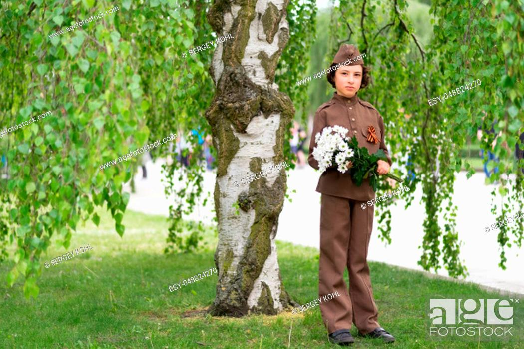 Imagen: Portrait of a boy with flowers, in the uniform of a soldier of the Red Army during the Second World War.