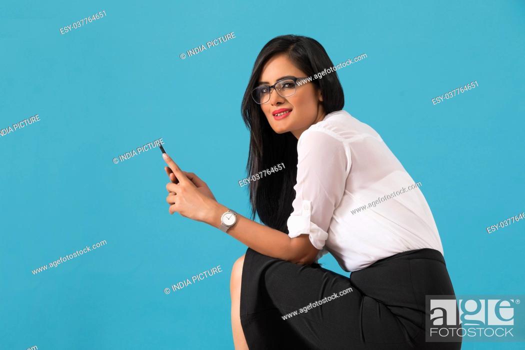 Imagen: Businesswoman using smart phone.