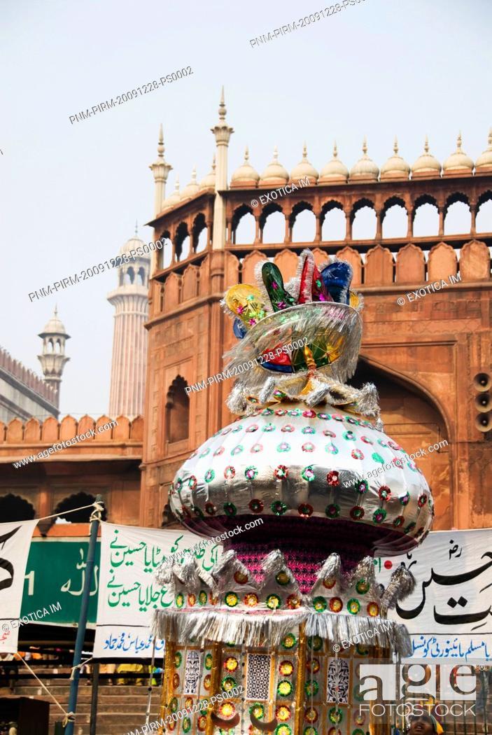 Imagen: Decorated Tazia at a mosque during Muharram, Jama Masjid, Delhi, India.