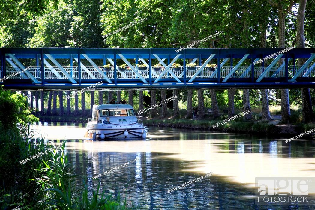 Stock Photo: France, Herault, Capestang, le canal du Midi.