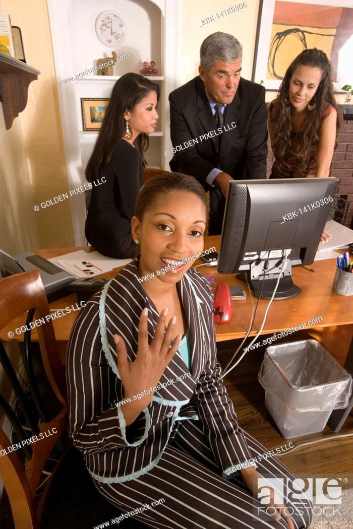 Imagen: Women entrepreneurs in a business meeting.