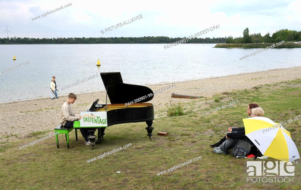 Stock Photo: 31 August 2020, Saxony, Leipzig: On the beach of the Kulkwitzer See in front of the Tauchschule Delphin in Leipzig-Grünau, 15-year-old Florian.