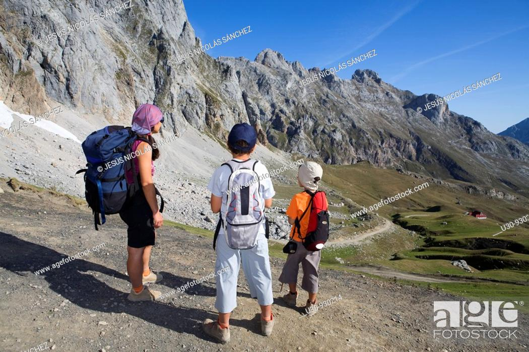 Imagen: Family practice mountaineering in the Urrieles massif, of walking in the Picos de Europa National Park, Cantabria, Spain.