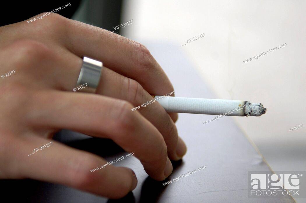 Imagen: Frauenhand haelt eine brennende Zigarette - 23/07/2005.