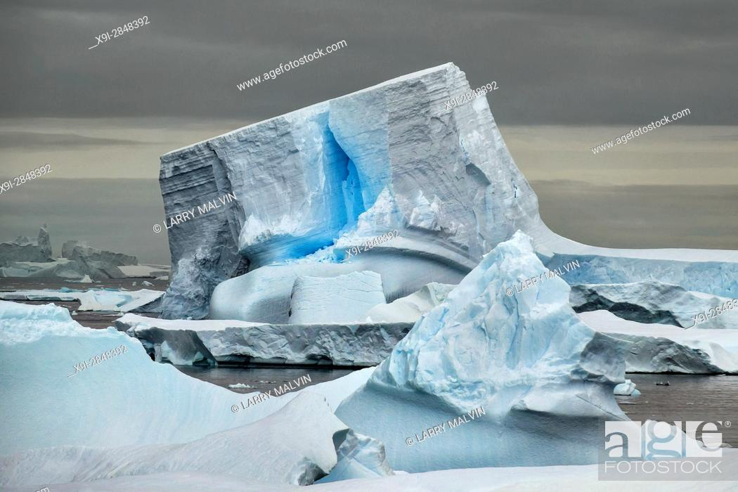 Imagen: Unique iceberg with blue crack along the waters of the Antarctic Peninsula.