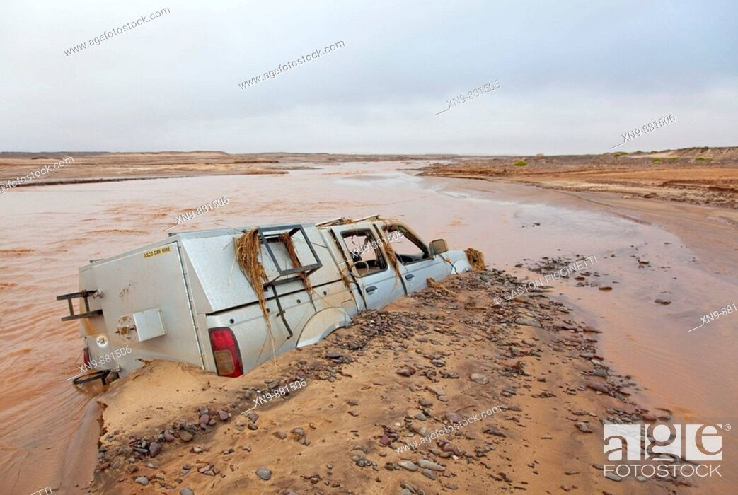 Imagen: A car flowed and got stack due to the water increase of the Uniab river during the rainy season, Skeleton Cost Park, Namib desert, Namibia.