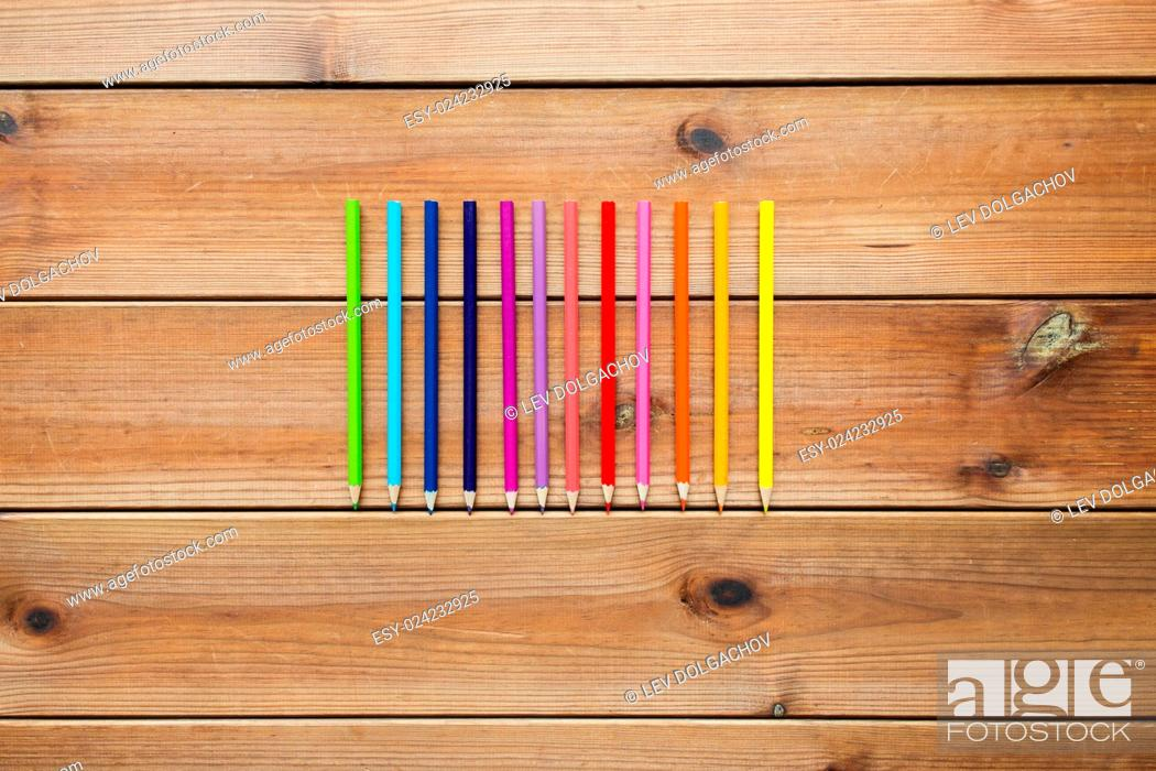 Imagen: art, color, drawing, creativity and object concept - close up of crayons or color pencils on wooden table.