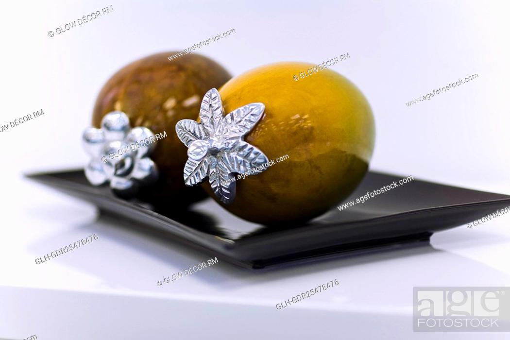 Photo de stock: Close-up of artificial fruits in a tray.