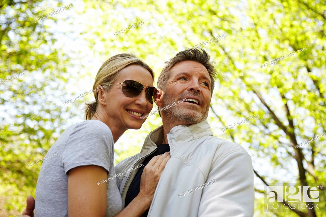 Imagen: Caucasian couple hugging in park.