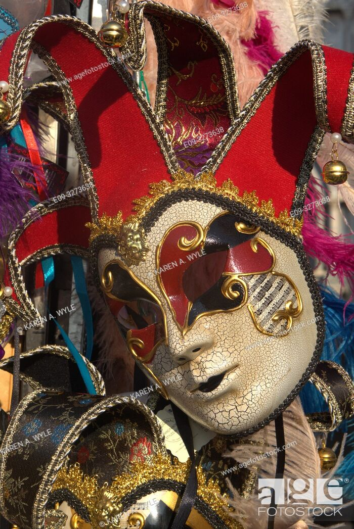 Imagen: jester-style Carnevale mask for sale in Piazza San Marco, Venice, Italy.
