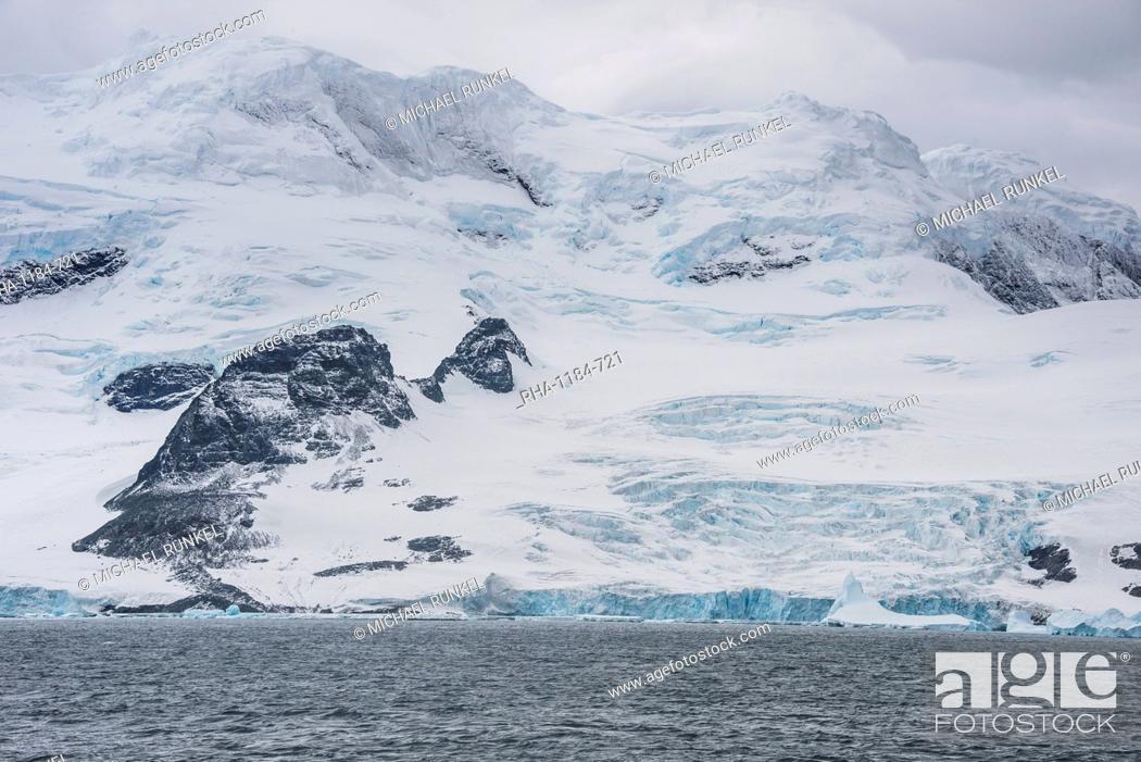 Imagen: Glacier hanging on the rocks of Coronation Island, South Orkney Islands, Antarctica, Polar Regions.